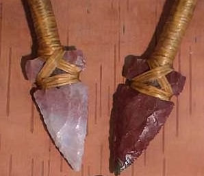 bow with crossed arrows set, arrow points detail